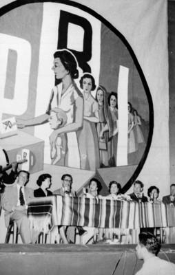 Mujeres priistas en una reunión