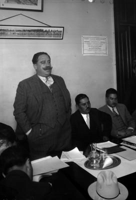 Carlos Riva Palacio pronuncia un discurso, antes de entregar la presidencia del Partido Nacional Revolucionario a Matías Ramos