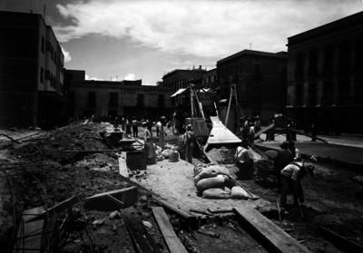 Trabajadores con maquinaria en proceso constructivo, centro de la ciudad de México