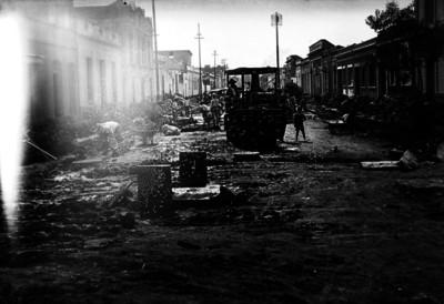Trabajadores con aplanadora en proceso constructivo, primer cuadro de la ciudad