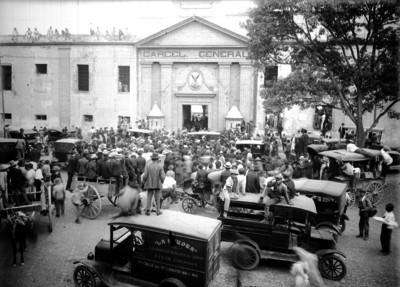 Gente consentrada frente a la fachada principal de la carcel general de Belén