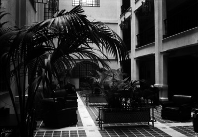 Hombres en sala de descanso del Gran Hotel