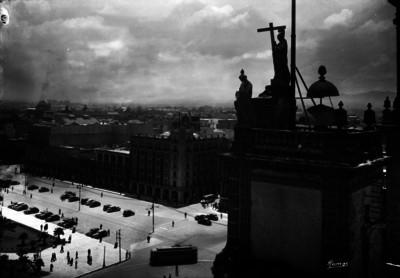 Hotel de México y parte del zócalo, vistos desde lo alto de la Catedral Metropolitana