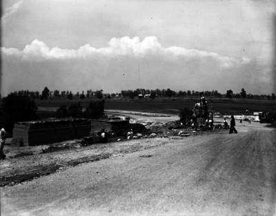 Trabajadores en proceso constructivo del basamento de la estatuta de los Indios verdes y del tramo norte de la avenida Insurgentes