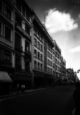 Vida cotidiana y tráfico urbano frente al Hotel Ritz