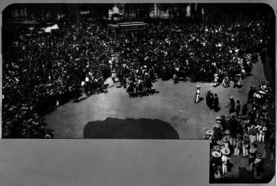 Multitud presencia la entrada de revolucionarios zapatistas a la Plaza de Armas de la ciudad de México, reproducción fotográfica