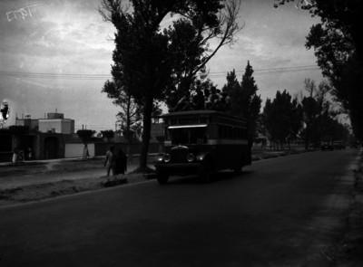 Camión urbano dirección Xochimilco, transita por una calle frente a un orfanato