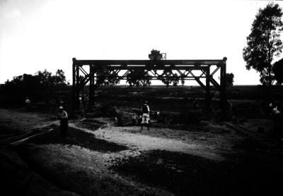 Trabajadores realizan zanja junto a vía férrea