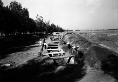 Albañiles realizan zanja para instalación hidráulica
