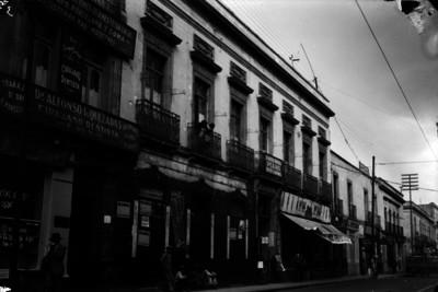 Academia de piano y comercios aledaños, fachadas