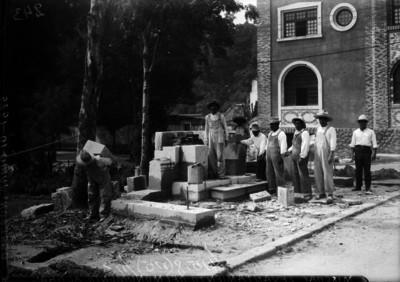 Trabajadores construyen basamento para el busto en honor a Alvaro Obregón en Mixcoac