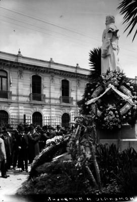 Homanaje y ofrenda floral ante el monumento a Humboldt