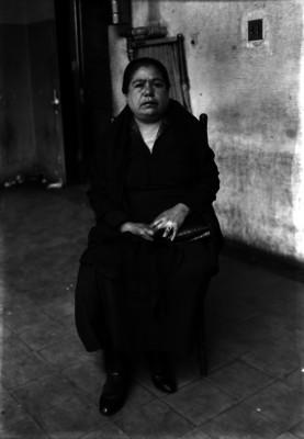 Mujer detenida posa sentada