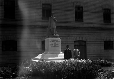 Hombres junto al monumento a José María Pino Suárez fuera de la Penitenciaría de México, Lecumberri