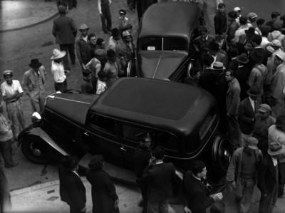 Miembros del Ministerio Público realizando investigaciones en el choque de dos automóviles