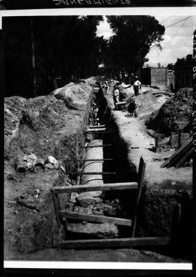 """Trabajadores durante las obras de """"saneamiento en la calzada de los Gallos"""""""