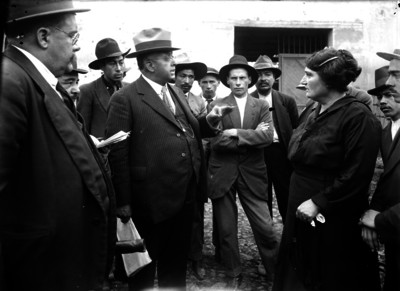 Miembros del ministerio público investigando a una mujer sobre un crimen