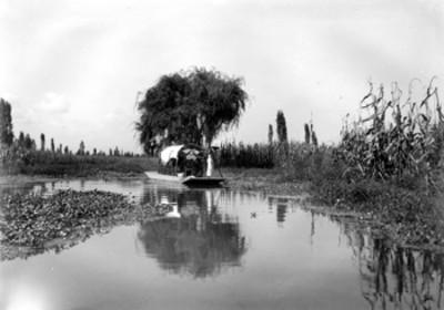 Canal, familia sobre trajineras en día de campo