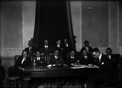 Hombres del magistrado durante un juicio