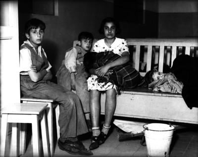 Adolescente y niños sentados en una banca, retrato de grupo