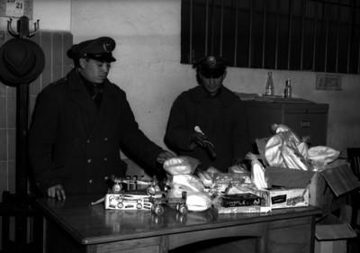 Gendarmes revisando algunos juguetes probablemente robados, dentro de una comandancia