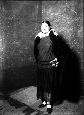 Mujer con capa, retrato