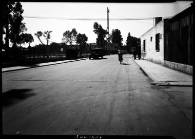 Gente y un ciclista transitando por la calle de Sullivan recién pavimentada
