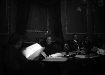 Funcionarios de tribunales durante un juicio