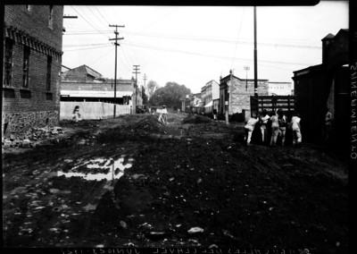 Hombres trabajan en el saneamiento de la 5a. y 6a. calles de Clavel