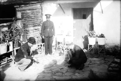 Miembros del Ministerio Público realizando averiguaciones en el patio de una casa