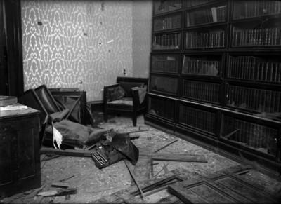 Biblioteca de una casa saqueada