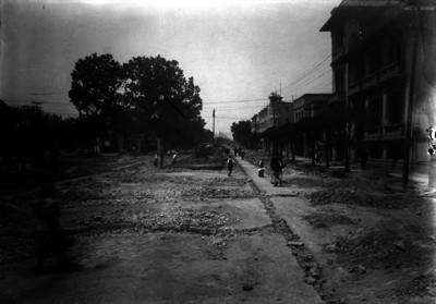 Gente camina por una calle en reconstrucción y pavimentación