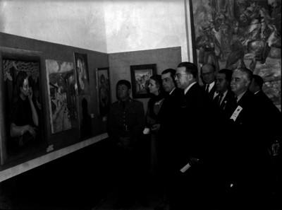 Enrique Fernandez Martinez y funcionarios observando las pinturas de un museo