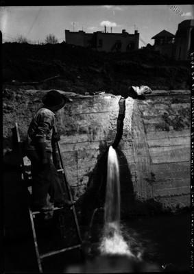 Trabajador revisa fuga en el acueducto de agua potable México Xochimilco, tramo colonia del Valle