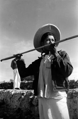 Hombre preparandose a cazar con una lanza