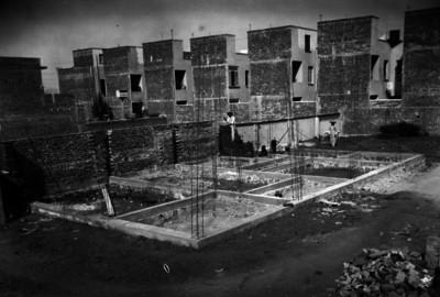 Trabajadores en las obras de construcción de unidad habitacional