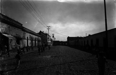 Vida cotidiana en una calle recién empedrada