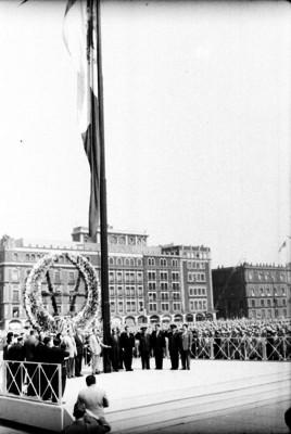 Adolfo López Mateos, funcionarios y militares durante un homenaje a la bandera