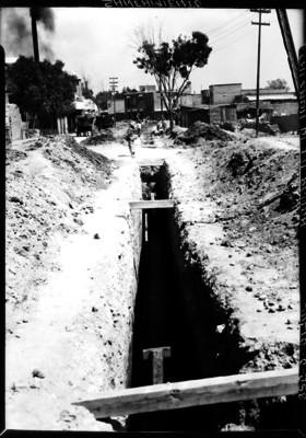 Hombres trabajan en el saneamiento del drenaje en la Calzada de la Ronda