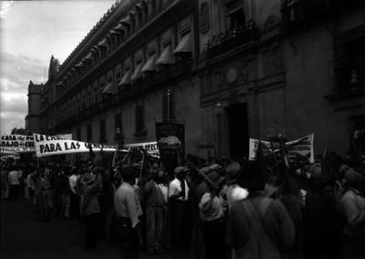Manifestación obrera frente a Palacio Nacional