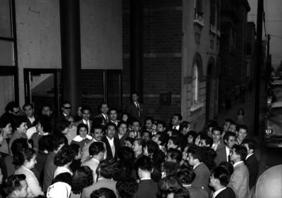 Líderes sindicales y trabajadores frente a un edificio
