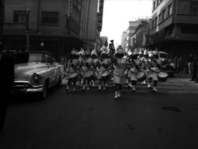 Banda de guerra femenil desfilando por una calle de la ciudad de México