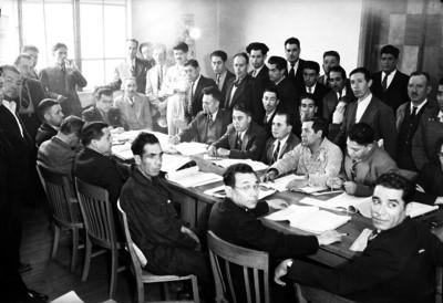 Trabajadores durante una reunión en la oficinas del Departamento del Trabajo