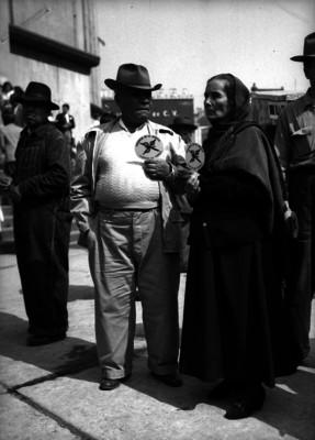 Individuo con una mujer durante una manifestación del PAN