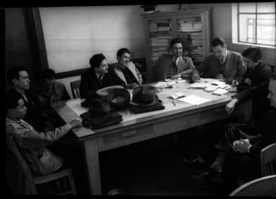 Manuel Peréz Treviño con líderes sindicales en una reunión