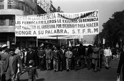 Ferrocarrileros con pancarta se manifiestan en contra de Margarito Ramírez