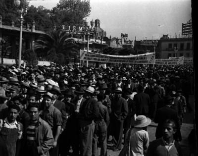 Ferrocarrileros en una manifestación por las calles de la ciudad