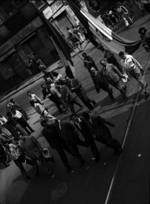 Electricistas en huelga manifestándose en las calles de la ciudad