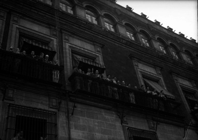 Francisco L. Urquizo y funcionarios en un palco de Palacio Nacional