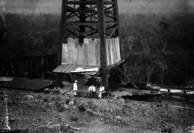 Hombre trabajando en un pozo petrolero